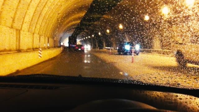 vídeos de stock, filmes e b-roll de o condutor do carro correu para o túnel enquanto estava chovendo. - motorista ocupação
