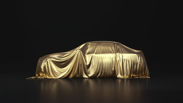 das auto steht regungslos, mit einem goldenen tuch bedeckt - curtain stock-videos und b-roll-filmmaterial