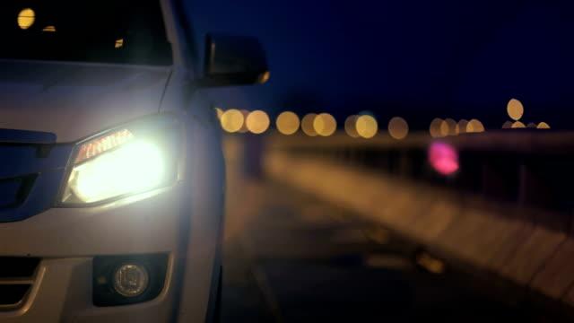 das auto drehte sich auf den blinker für einen blinker. - blinzeln stock-videos und b-roll-filmmaterial