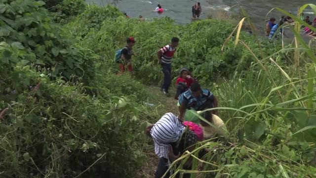 the caravan of thousands of central american migrants continues its march across mexico in hopes of reaching the united states resting in the mexican... - convoglio video stock e b–roll