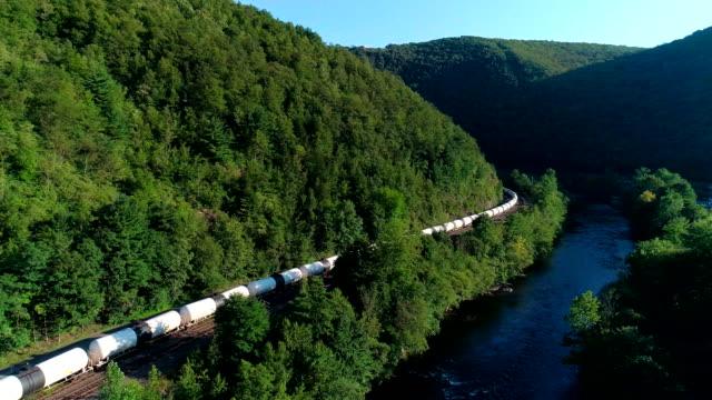 Die Ladung trainieren auf der Eisenbahn in den Appalachian Bergen entlang der Lehigh River in der Nähe von Jim Thorpe, Pennsylvania, USA. Luftaufnahmen.