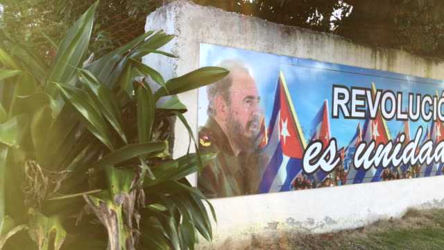 vidéos et rushes de the caribbean island is known for the wide variety of political signs instead of the usual business advertisements the sign is seen in the vicinity... - révolution cubaine