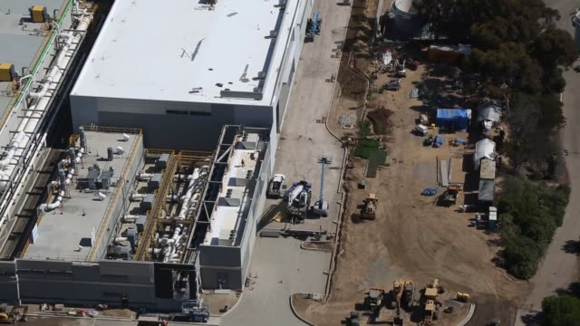 the carlsbad desalination plant under construction next to the encina power station and agua hedionda lagoon in this aerial video taken over carlsbad... - pazifikküste stock-videos und b-roll-filmmaterial
