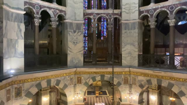 the carolingian octagon, with its cupola mosaic, stands in the center of the cathedral of the roman catholic church, the aachen cathedral on november... - gottesdienst stock-videos und b-roll-filmmaterial