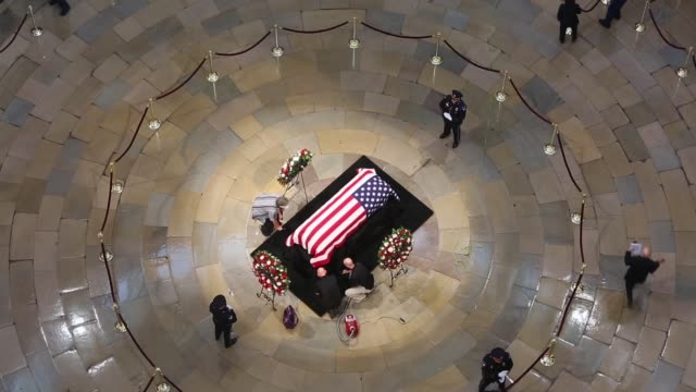 stockvideo's en b-roll-footage met the casket of the latesen john mccain lies in state at the us capitol august 31 2018 in washington dc the late senator died august 25 at the age of... - opgebaard liggen