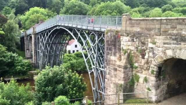 vidéos et rushes de the cast iron bridge over the river severn gorge. - fer