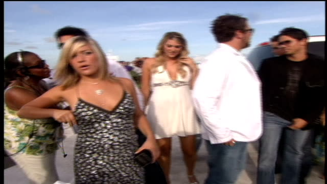 the cast of mtv's laguna beach arriving to the red carpet in a hummer limo - hummer stock-videos und b-roll-filmmaterial