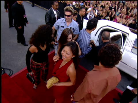 the cast of mtv's road rules the quest arriving to the 2001 mtv video music awards red carpet - mtv1 stock-videos und b-roll-filmmaterial