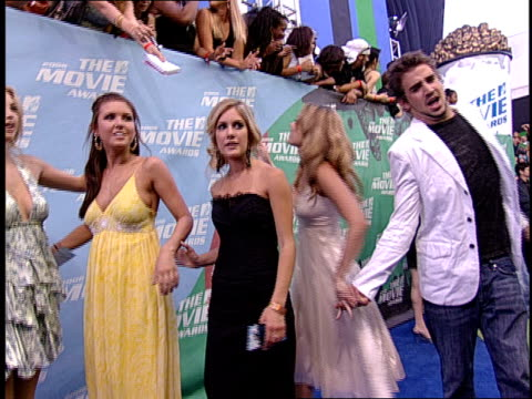 vídeos de stock e filmes b-roll de the cast of the hills are posing for pictures at the 2006 mtv movie awards. - 2006