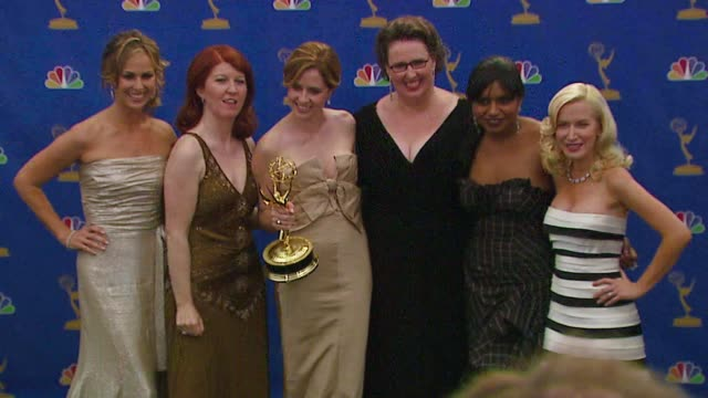 stockvideo's en b-roll-footage met the cast of 'the office' winner outstanding comedy series at the 2006 emmy awards press room at the shrine auditorium in los angeles california on... - ensemble lid