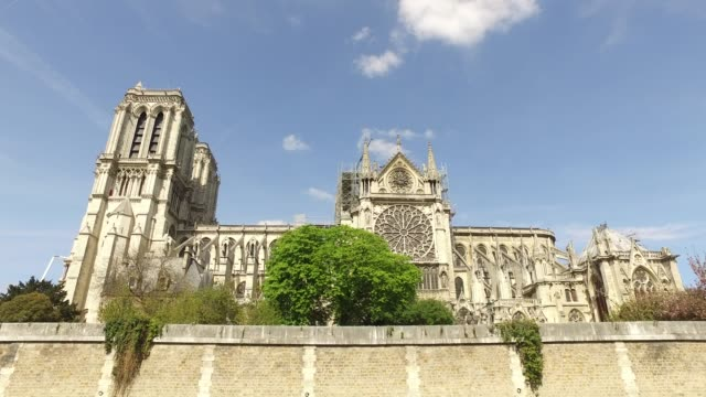 vidéos et rushes de the cathedral notre-dame without roof with scaffolding, south side of the cathedral. paris: view of the cathedral notre-dame in paris and the... - plan en travelling