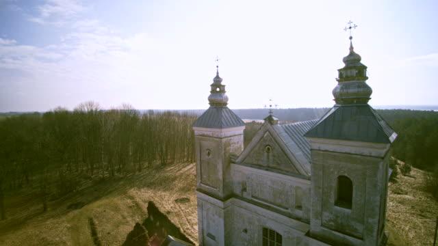 vídeos de stock, filmes e b-roll de a igreja católica em zasvir, bielorrússia, europa oriental, construído em 1713-1714. - cultura do leste europeu