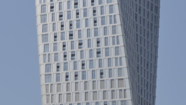 the cayan tower residential building in dubai marina, dubai, united arab emirates, middle east, asia - tower stock-videos und b-roll-filmmaterial
