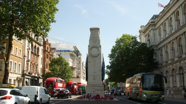 ws of the cenotaph in central london - monumento ai caduti monumento commemorativo video stock e b–roll