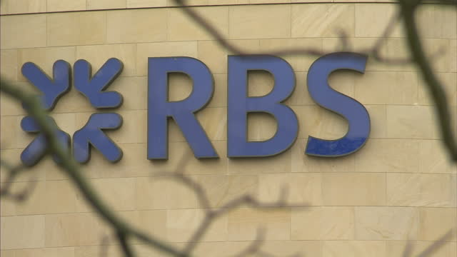 vídeos de stock e filmes b-roll de the chairman of the taxpayer-backed royal bank of scotland has told sky news the days of big pay cheques for bankers are over. sir philip hampton's... - presidente de empresa