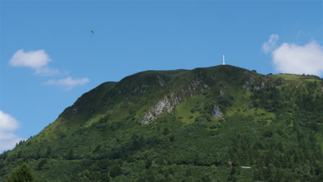 vidéos et rushes de the chaîne des puys, massif central, puy de dôme, france - chaîne de montagnes
