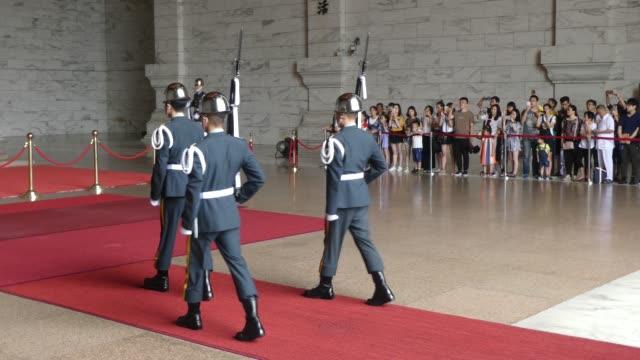 vidéos et rushes de the changing of the national guard of taiwan in tchang kaichek memorial - tchang kai shek