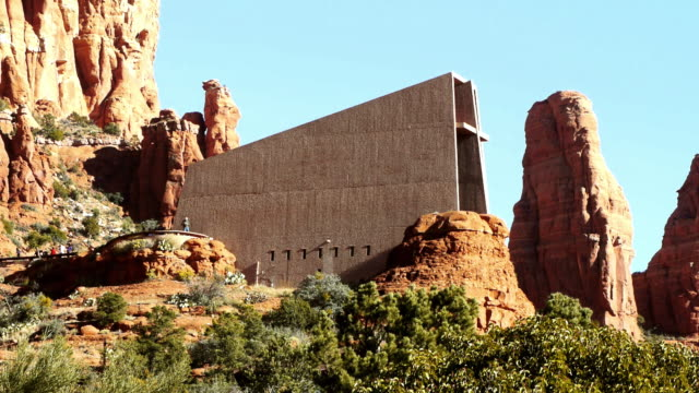 vidéos et rushes de the chapel of the holy cross church protrudes from rock formations in sedona, arizona. - sedona