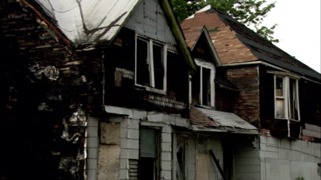 the charred remains of a derelict house. available in hd. - condizione negativa video stock e b–roll