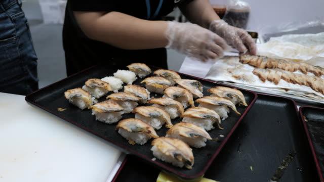 シェフが寿司を作っている - 整える点の映像素材/bロール