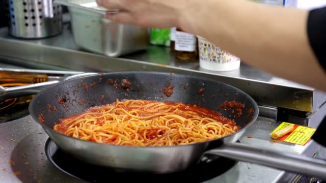 vídeos de stock, filmes e b-roll de the chef made the spaghetti at the gourmet festival n not 11 2015 in shanghai china - savory food