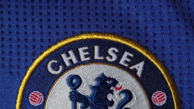vídeos y material grabado en eventos de stock de the chelsea club crest on their home shirt on may 28, 2020 in manchester, england. - chelsea