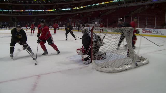 stockvideo's en b-roll-footage met the chicago blackhawks geared up tuesday to battle the boston bruins for the stanley cup trophy in the first national hockey league final between... - bruin
