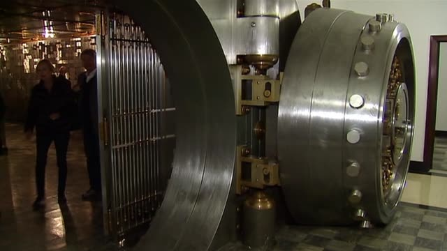 the chicago board of trade opens up their vault to the public. chicago board of trade vault door on october 20, 2013 in chicago, illinois - 金庫点の映像素材/bロール