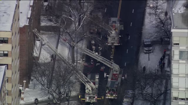 vidéos et rushes de the chicago fire department responded to a twoalarm fire in a five story building several residents were treated for nonlife threatening injuries... - brasier