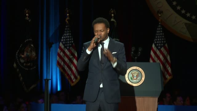 vídeos de stock, filmes e b-roll de the chicago kid sings national anthem at obama's farewell address in chicago's mccormick place on jan 10 2017 - barack obama
