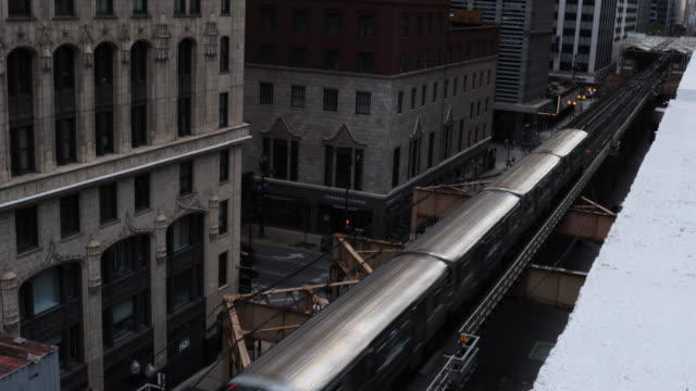 the chicago loop train between buildings taken from high angle view. - 通勤電車点の映像素材/bロール