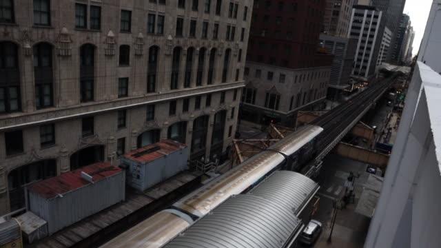 vídeos y material grabado en eventos de stock de the chicago loop train between buildings taken from high angle view. - expansión urbana