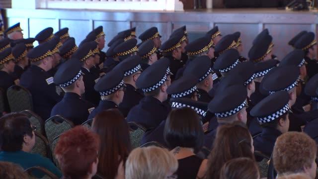 vídeos y material grabado en eventos de stock de the chicago police department held a graduation ceremony for its recruits at navy pier on april 21 2014 in chicago illinois mayor rahm emanuel joined... - recluta