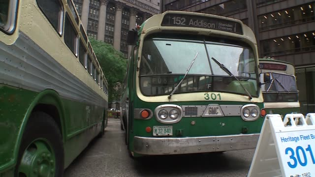 wgn the chicago transit authority displayed three of its vintage buses on the daley plaza on july 10 2017 as part of its 70th anniversary celebration - 1962 stock-videos und b-roll-filmmaterial