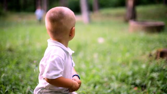 Das Kind Sitzt Auf Einem Baumstumpf Im Wald
