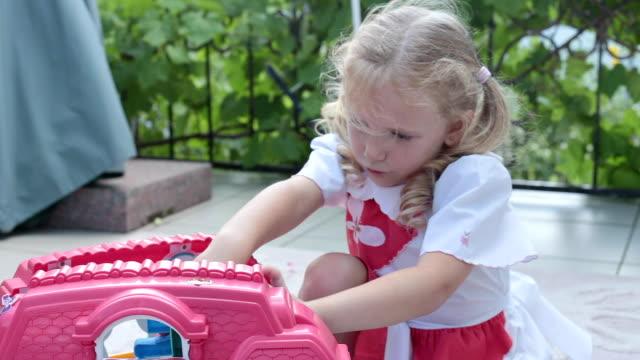 子供はベランダでおもちゃで遊ぶ。 - おもちゃの家点の映像素材/bロール