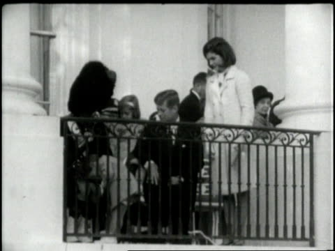 vídeos y material grabado en eventos de stock de the children of president and mrs john f kennedy greet a visiting official on a white house balcony - caroline kennedy