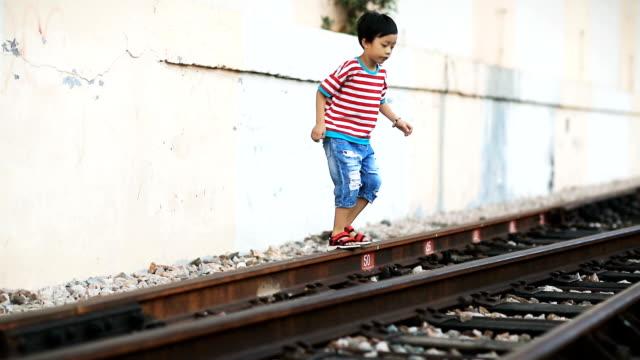De kinderen spelen op het spoor