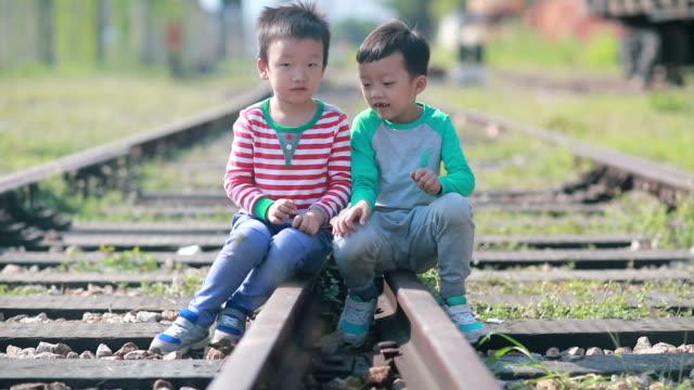 vídeos y material grabado en eventos de stock de los niños juegan en la pista - estación de tren