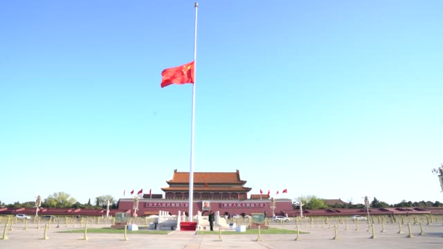 vídeos y material grabado en eventos de stock de the chinese national flag flies at half-mast at the tiananmen square to mourn victims of covid-19 on april 04, 2020 in beijing, china. china will... - persona de luto