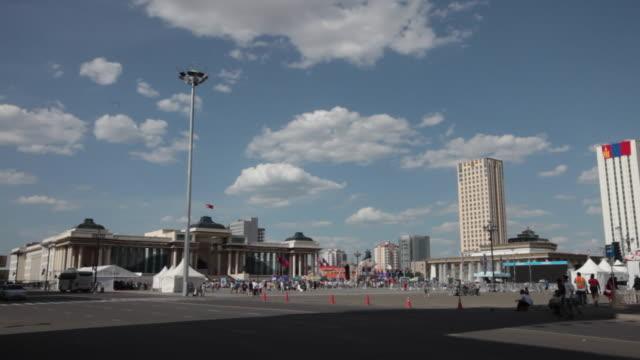 vídeos de stock e filmes b-roll de the chinggis square in front of the mongolian parliament building in ulan bator - ulan bator