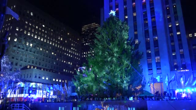the christmas season gets underway in new york with the lighting of the rockefeller center christmas tree and performances - illuminazione dell'albero di natale del rockefeller center video stock e b–roll