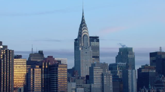 stockvideo's en b-roll-footage met the chrysler building and neighboring skyscrapers in midtown manhattan, new york city. - torenspits