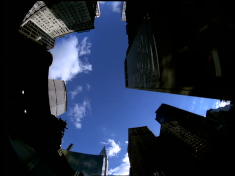 the chrysler building towers above other manhattan skyscrapers. - metlife hochhaus stock-videos und b-roll-filmmaterial