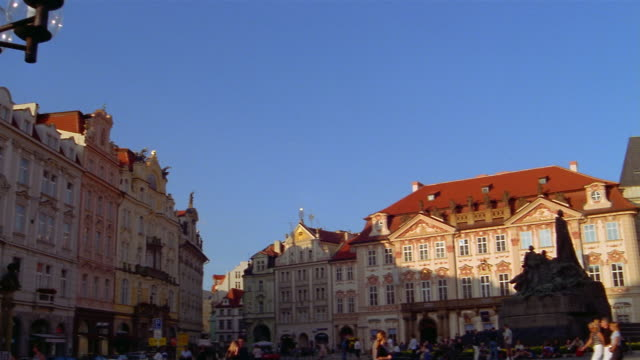 vídeos de stock, filmes e b-roll de the church of our lady before tyn towers over old town square in prague. - stare mesto