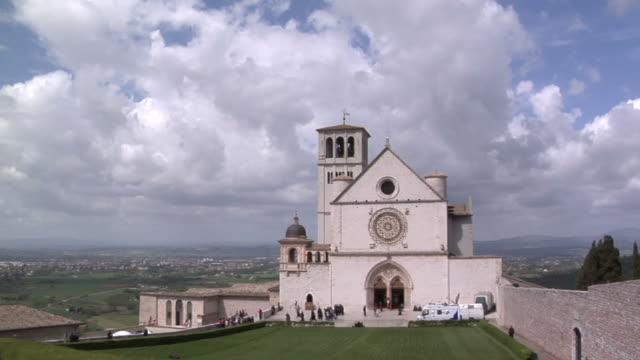 vídeos de stock, filmes e b-roll de a igreja de san francesco d'assisi - umbria
