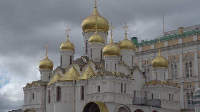 the churches inside the kremlin (kreml) - moskau stock-videos und b-roll-filmmaterial