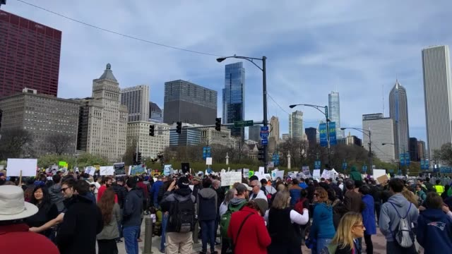 the citizens of chicago participated in the march for science this earth day april 22 2017 the march took place on columbus dr in grant park chicago... - 四月点の映像素材/bロール