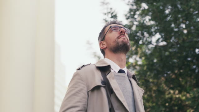 the city always leaves him amazed - guardare in una direzione video stock e b–roll