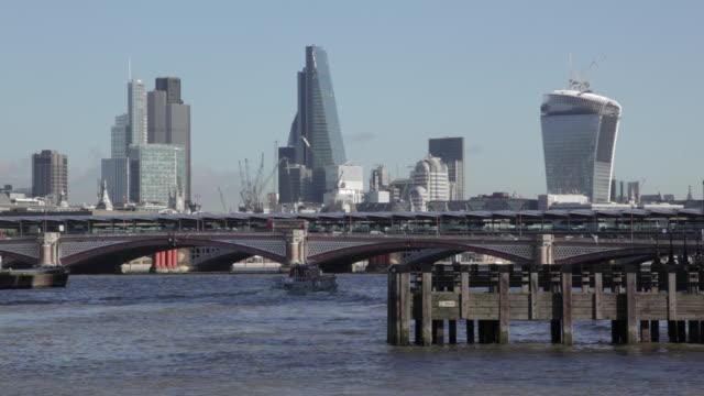 vídeos y material grabado en eventos de stock de the city and skyline from westminster bridge, city of westminster, london, england, uk - grupo pequeño de animales